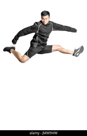 Portrait d'un asiatique sport homme saut. Pleine longueur isolée sur fond blanc avec copie espace et chemin de détourage Banque D'Images
