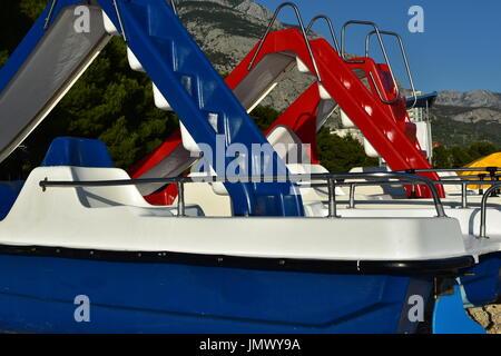 Pedallos sur Makarska beach Riviera Croate Banque D'Images