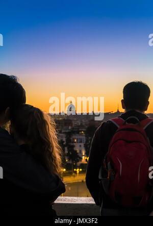 Jeune couple à la recherche à la basilique St Pierre, au crépuscule, en vu de pincio à villa borghese, Rome, Latium, Banque D'Images
