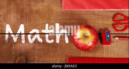 Math texte sur fond blanc contre vue aérienne de apple avec mètre et tablette Banque D'Images