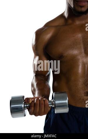 Portrait de l'exercice sportif musculaire avec haltères en position debout contre fond blanc Banque D'Images
