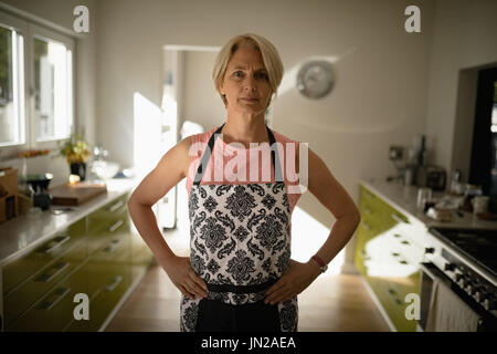 Portrait of senior woman standing in the kitchen Banque D'Images