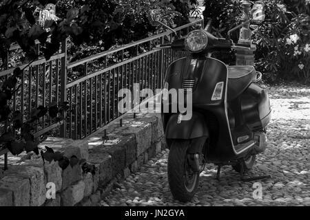 1940 Piaggio vespa moto scooter la dolce vita art carte postale