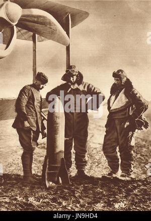 Aviateurs anglais qui envisagent de pouvoir destructeur de la bombe qu'ils ont à offrir, ww1 Banque D'Images