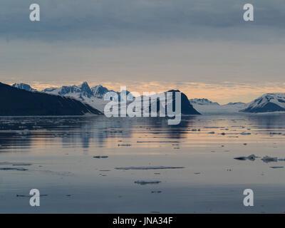 Plaques de glace couvrant les eaux de la grande baie Storfjorden saumure entre l'île du Spitzberg à l'ouest et les Banque D'Images