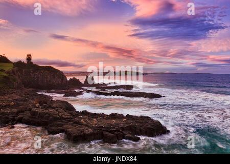 De soleil colorés sur la côte du Pacifique de l'Australie de la cathédrale de rochers dans la carrière de Bombo Banque D'Images