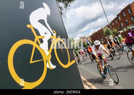 Londres, Royaume-Uni. 30 juillet, 2017. Les cavaliers passent par Wimbledon Village comme 20 000 cyclistes sont Banque D'Images