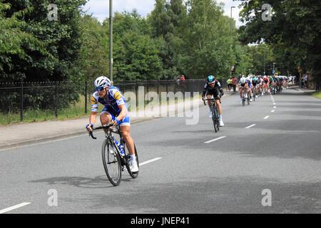 Matteo Trentin (délicieuses au sol, Sprints gagnant) et Teo Georghan Hart (Team Sky). RideLondon-Surrey Classic. Banque D'Images