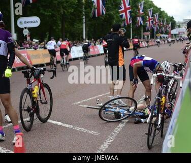 Londres, Royaume-Uni. 30 juillet, 2017. Accident qui concernait une femme à Prudential ride London 2017 300 m avant Banque D'Images