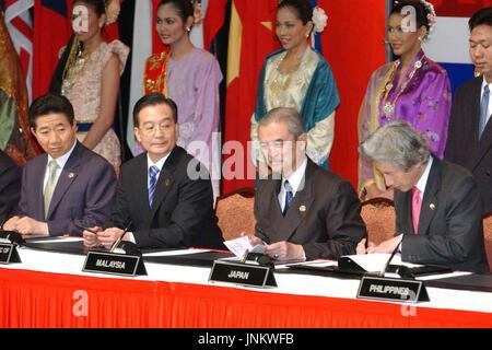 KUALA LUMPUR, MALAISIE - Le Premier ministre japonais Junichiro Koizumi (R) signe la déclaration de l'initiative conjointe de l'ASEAN plus trois sommet à Kuala Lumpur le 12 décembre avec le président sud-coréen Roh Moo Hyun (L), la Chine Le Premier ministre chinois Wen Jiabao (2e à partir de L) et le premier ministre malaisien Abdullah Ahmad Badawi (2e à partir de la R) à la recherche sur. (Kyodo)