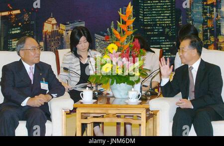 BEIJING, CHINE - Fujio Mitarai (L), président de la Fédération (Nippon Keidanren), entretiens avec le Premier ministre chinois Wen Jiabao dans le Grand Hall du Peuple à Beijing, le 5 septembre. (Kyodo)