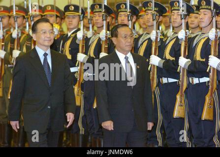 BEIJING, CHINE - Le Premier Ministre du Myanmar le Général Soe Win (R), flanquée par le Premier ministre chinois Wen Jiabao, assiste à une cérémonie d'accueil dans le Grand Hall du Peuple à Beijing, le 14 février. La télévision d'état de la Chine a signalé qu'ils ont convenu de renforcer leurs liens économiques des pays et de renforcer la coopération dans la lutte contre les drogues illicites dans leur zone frontalière. (Kyodo)
