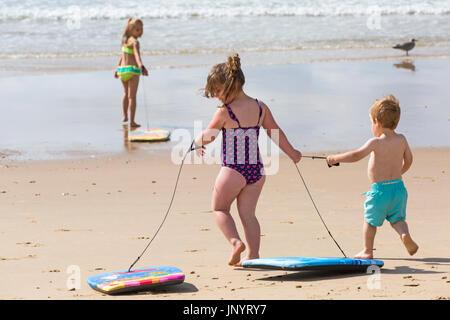 Bournemouth, Dorset, UK. 31 juillet, 2017. Météo France: après un week-end de temps mixte, un début à l'ensoleillé chaud nouvelle semaine, en tant que visiteurs, chef de la mer pour profiter du soleil. Mia, âgés de 6, Bella, 4 ans, et Finley, âgés de 2, jouer avec leur body boards dans la mer. Credit: Carolyn Jenkins/Alamy Live News