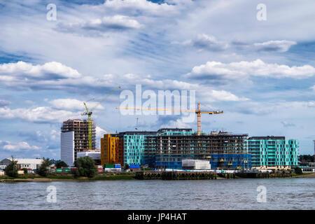 Londres, Greenwich. Enderby quai. Construire de nouveaux appartements de luxe riverside par Developer Barratts Maisons. Banque D'Images