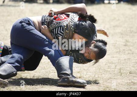 BEIJING, CHINE - Les femmes lutteurs combattent sur le dernier jour de la Mongolie au Naadam traditionnel de trois jours à Xilinhot sports festival de la Chine dans la région autonome de Mongolie intérieure le 30 juillet 2014. (Kyodo)