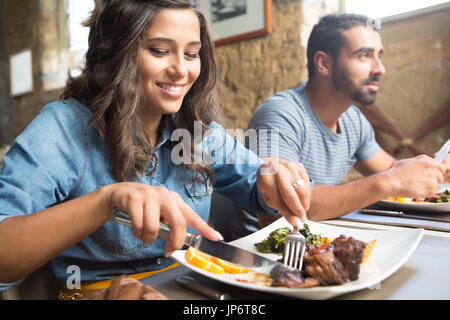 Couple having lunch au restaurant gastronomique rustique Banque D'Images