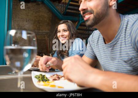 Couple having lunch au restaurant gastronomique rustique Banque D'Images