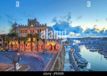 Espagne Baléares, Mallorca Island, la ville de Ciutadella, à l'Hôtel de Ville, bâtiment et Port Ciutadella Banque D'Images