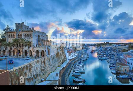 L'Espagne, Îles Baléares, l'île de Minorque Ciutadella Ciutadella, Ville, Port, Hôtel de Ville, Banque D'Images