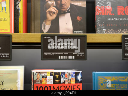 Livres sur des étagères à livres d'Amazon store avec commentaires et évaluations , NJ Banque D'Images