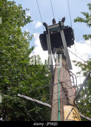 Un boîtier électronique jusqu'au-dessus d'un coffre en bois à l'extérieur; dangereux; Essex UK Banque D'Images