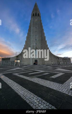 Reykjavik, Islande. L'église Hallgrímskirkja au coucher du soleil. Banque D'Images