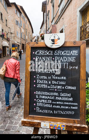 Nourriture typique shop dans les ruelles de l'ancienne ville médiévale de Hill d'Urbino Province de Pesaro Marches Italie Europe