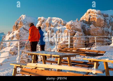 Les gens d'admirer les pics rocheux des Dolomites depuis la terrasse de l'Rifugio Lagazuoi Cortina D'Ampezzo Belluno Banque D'Images