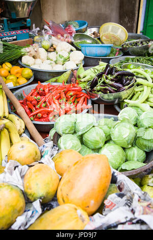 Beaucoup de différents légumes tels que les poivrons et les aubergines sur un marché de rue dans la région de Jodhpur, Banque D'Images
