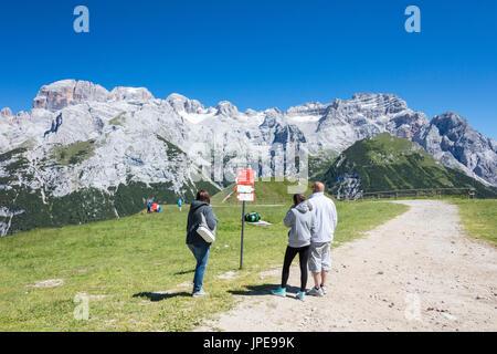 Les gens dans les verts pâturages admirer les pics rocheux Doss Del Sabion Pinzolo Dolomites de Brenta Trentin-Haut Banque D'Images
