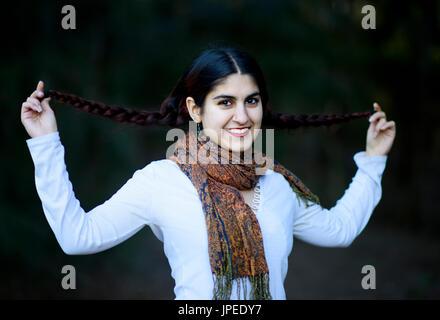 Jeune femme perse pose pour des photos dans un parc Banque D'Images