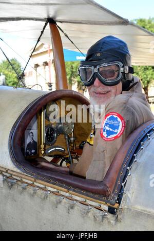 Bristol, Royaume-Uni. 1er août 2017. david bremner vu montrant son www 1 bristol avion scout qui a joué un rôle essentiel dans l'histoire de l'aviation. David bremner est vu assis dans le cockpit avec une photographie de son grand-père sur la planche de bord. obligatoire signature crédit: Robert timoney/Alamy live news