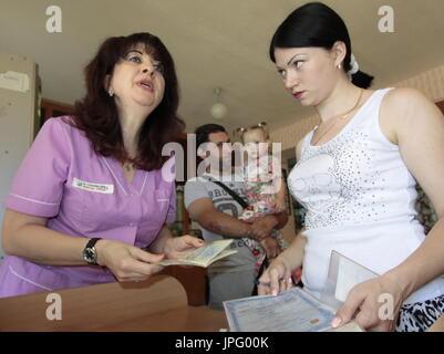 Donetsk, Ukraine. 1er août 2017. Tatyana Svetlichnaya, représentant de l'office de tourisme de Donetsk Spravedlivaya Pomoshch Doktora Lizy, à l'Hôpital clinique des enfants républicaine à Donetsk, une ville de l'Ukraine est contrôlé par la République populaire de Donetsk; sept enfants en difficulté sont envoyés pour traitement à la Russie par Spravedlivaya Pomoshch Doktora Lizy, une organisation caritative internationale. Credit: Valentin/Sprinchak TASS/Alamy Live News