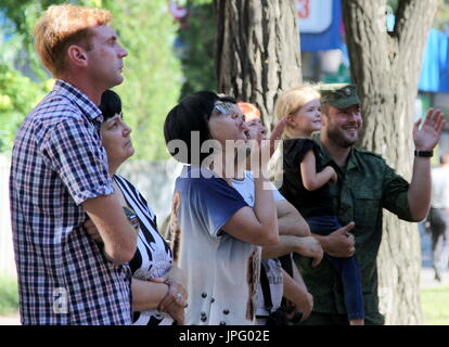 Donetsk, Ukraine. 1er août 2017. Les parents et les proches des enfants en difficulté se tiennent à l'extérieur d'un bus qui est de partir pour la Russie de l'Hôpital clinique des enfants républicaine à Donetsk, une ville de l'Ukraine est contrôlé par la République populaire de Donetsk; sept enfants en difficulté sont envoyés pour traitement à la Russie par Spravedlivaya Pomoshch Doktora Lizy, une organisation caritative internationale. Credit: Valentin/Sprinchak TASS/Alamy Live News