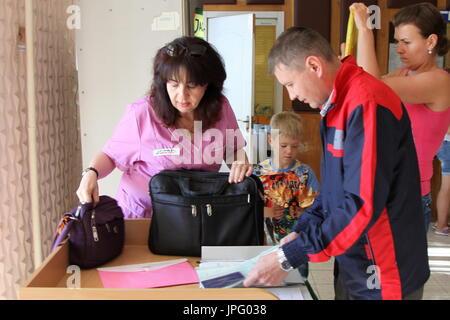 Donetsk, Ukraine. 1er août 2017. Tatyana Svetlichnaya, représentant de l'office de tourisme de Donetsk Spravedlivaya Pomoshch Doktora Lizy (L), à l'Hôpital clinique des enfants républicaine à Donetsk, une ville de l'Ukraine est contrôlé par la République populaire de Donetsk; sept enfants en difficulté sont envoyés pour traitement à la Russie par Spravedlivaya Pomoshch Doktora Lizy, une organisation caritative internationale. Credit: Valentin/Sprinchak TASS/Alamy Live News