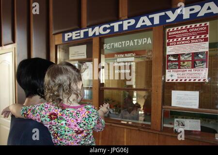 Donetsk, Ukraine. 1er août 2017. Une mère et son enfant à la réception à l'Hôpital clinique des enfants républicaine à Donetsk, une ville de l'Ukraine est contrôlé par la République populaire de Donetsk; sept enfants en difficulté sont envoyés pour traitement à la Russie par Spravedlivaya Pomoshch Doktora Lizy, une organisation caritative internationale. Credit: Valentin/Sprinchak TASS/Alamy Live News