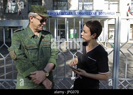 """Donetsk, Ukraine. 1er août 2017. Le commandant adjoint de la République populaire de Donetsk est le commandement opérationnel, Eduard Basurin (L), et Natalya Avilova, chef de l 'aide pour le sud-est de l'Ukraine"""" et """"pour les enfants de la Syrie, des projets à l'Hôpital clinique des enfants républicaine à Donetsk, une ville de l'Ukraine est contrôlé par la République populaire de Donetsk; sept enfants en difficulté sont envoyés pour traitement à la Russie par Spravedlivaya Pomoshch Doktora Lizy, une organisation caritative internationale. Credit: Valentin/Sprinchak TASS/Alamy Live News"""