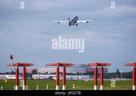 Avion au départ à l'aéroport de Düsseldorf International