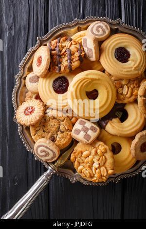 Biscuit mix avec divers matériaux sur une plaque close up, vertical Vue de dessus