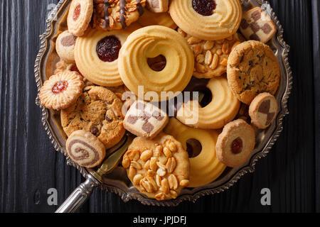 Biscuit mix avec divers matériaux sur une plaque horizontale près, vue du dessus