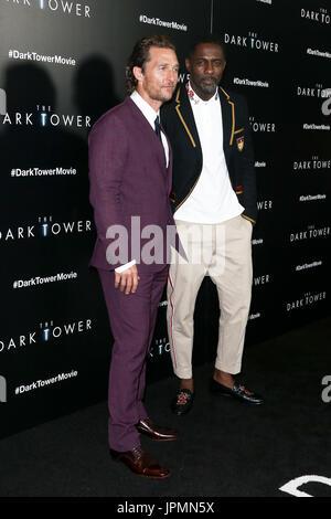 NEW YORK-JUL 31: Matthew McConaughey (L) et Idris Elba assister à 'la Tour Sombre' projection spéciale au Musée Banque D'Images