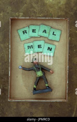 Modèle en plastique de soldat en uniforme de l'armée moderne Lancer grenade sous mots vrais hommes Banque D'Images