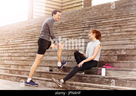 Jeune couple actif après entraînement au repos en plein air Banque D'Images