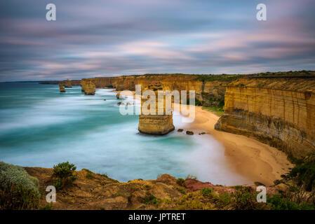 Coucher de soleil sur les douze apôtres le long de la célèbre Great Ocean Road, à Victoria, en Australie, près de Port Campbell. Longue exposition.