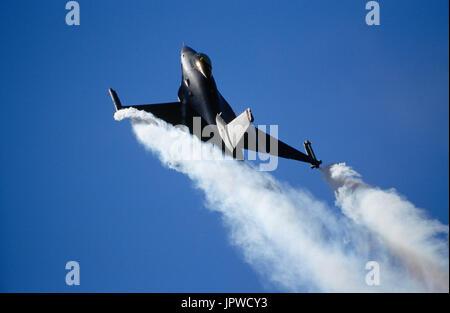 USAF Lockheed Martin F-16C Fighting Falcon dans l'aéro-affichage avec fumée à l 1998 Farnborough