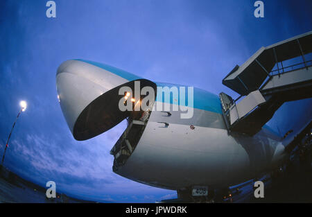 Boeing 747-200F cargo avec l'avant à l'aube de l'ouverture de la porte de chargement Banque D'Images