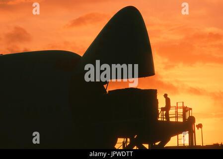 Cargo chargé dans nez ouvert de la porte d'un Southern Air Transport Boeing 747 au crépuscule Banque D'Images