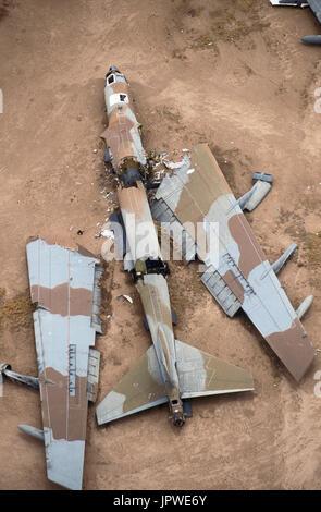 Ex cassée Boeing B-52 de l'USAF avec des ailes et du fuselage coupé à part par une énorme guillotine, dans desert-stockage, puis laissés en place pour le suivi par satellite, bre