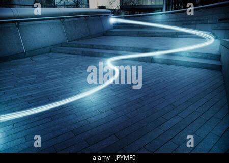 Sentier de lumière à fibre optique La technologie de communication en continu, concept Banque D'Images