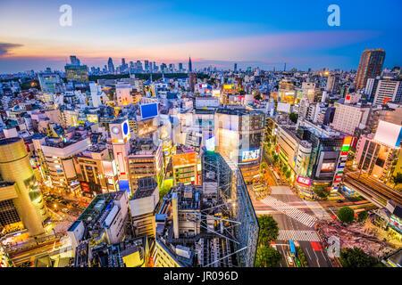 Tokyo, Japon sur le paysage urbain du quartier de Shibuya, au crépuscule. Banque D'Images